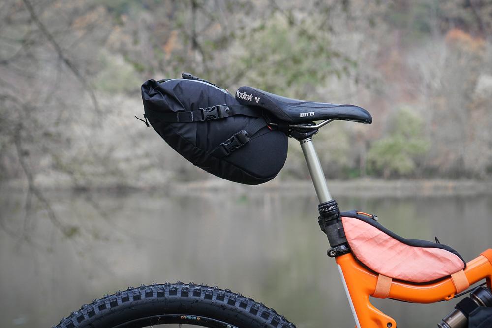 Dropper post saddlebag
